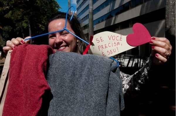 A psic�loga Alana Dias Mendes teve a ideia de colocar casacos em cabides e espalha-los pela cidade: inspira��o veio da internet. Foto: Janine Moraes/CB/D.A. Press