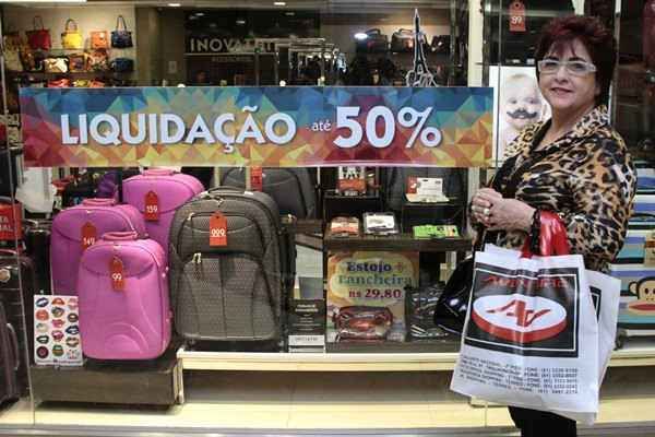 A educadora f�sica Nadja Harrop costuma planejar as compras, mas leva mais produtos com as promo��es. Cr�dito: Ana Rayssa/Esp.C.B/D.A. Press