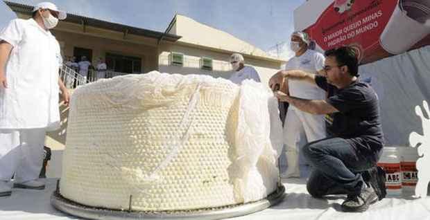 Fiscal do RankBrasil, Luciano Cadari mede queijo produzido em Ipanema. Foto: Jair Amaral/Em/D.A Press