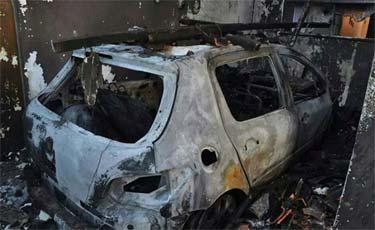 Carro da fam�lia foi incendiado. Foto: Reprodu��o
