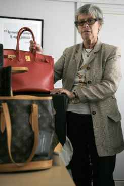 Dominique Chombert, do brech� de luxo online Instant Luxe, examina bolsas em seu escrit�rio, em 30 de julho de 2014, em Paris. Foto: � AFP/MATTHIEU ALEXANDRE (Dominique Chombert, do brech� de luxo online Instant Luxe, examina bolsas em seu escrit�rio, em 30 de julho de 2014, em Paris. Foto: � AFP/MATTHIEU ALEXANDRE)