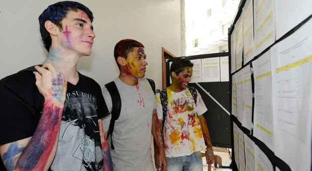 Calouros Hugo Caiu�, Mateus Teles e Jos� de Alencar tiveram rostos e bra�os pintados, mas acharam tranquilo o primeiro dia no c�mpus