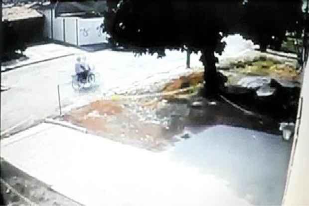 V�deo divulgado ontem pela Pol�cia Civil mostra suspeito de ter atirado em Ana L�dia, 14 anos, morta no �ltimo s�bado. Foto: Reprodu��o (Reprodu��o)