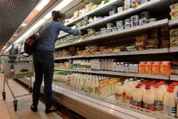 Cliente faz compras em supermercado de Moscou em 5 de agosto de 2013. Foto: � AFP/Arquivos/Kirill Kudryavtsev (Cliente faz compras em supermercado de Moscou em 5 de agosto de 2013. Foto: � AFP/Arquivos/Kirill Kudryavtsev)