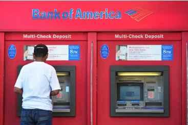 Homem retira dinheiro de caixa eletr�nico em Hollywood. Foto: � AFP/Arquivos/Frederic J. Brown (Homem retira dinheiro de caixa eletr�nico em Hollywood. Foto: � AFP/Arquivos/Frederic J. Brown)