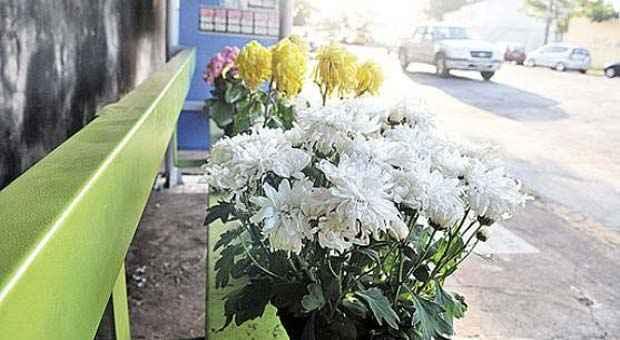 Flores no ponto de �nibus em que Ana L�dia, 14 anos, foi executada no �ltimo s�bado. Ela � a v�tima mais recente da onda de crimes. Foto: Minervino Junior/CB/D.A Press