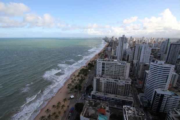 O projeto de Lei busca minimizar o impacto das taxas cobradas em im�veis constru�dos em terrenos de marinha, como na orla de Boa Viagem. Foto: Paulo Paiva/DP/D.A Press
