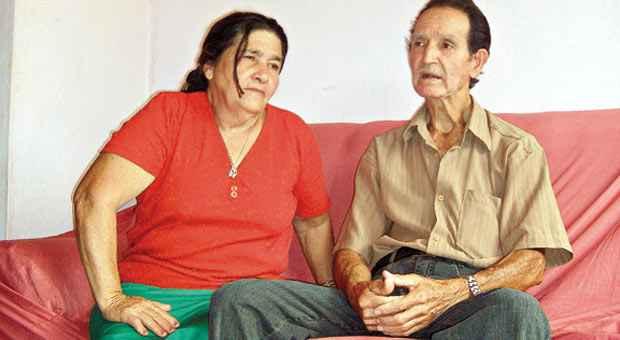 Maria de Menezes (ao lado marido, Matozinhos) precisou de atendimento m�dico ao saber da not�cia. Foto: Carlos Eller/EM/D.A. Press
