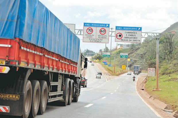Empresas de cargas pagam servi�os adicionais de seguran�a ou tra�am roteiros extras, encarecendo custos. Foto: Beto Magalh�es/EM/D.A. Press