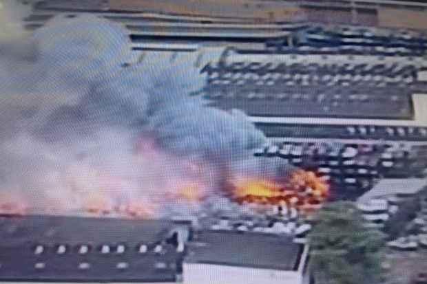 Primeiras imagens do inc�ndio. Foto: Reprodu��o