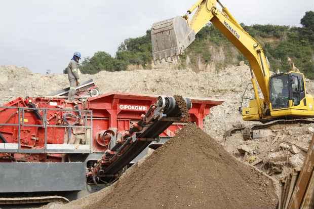 Ciclo Ambiental recebe, em m�dia, 10 mil toneladas/m�s de material para reciclagem. Foto: Blenda Souto Maior/DP/D.A Press