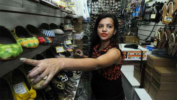Mulheres como Michele Ninara, que admite o impulso consumista, s�o 60% dos inadimplentes no pa�s. Foto: Euler J�nior/EM/D.A Press
