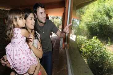 Aos domingos, 8 mi. pessoas visitam o zoo. Alisson e Bianca levaram a filha Ana Clara para ver gorilas. Foto: Beto Magalh�es/EM/DA Press (Beto Magalh�es/EM/DA Press)