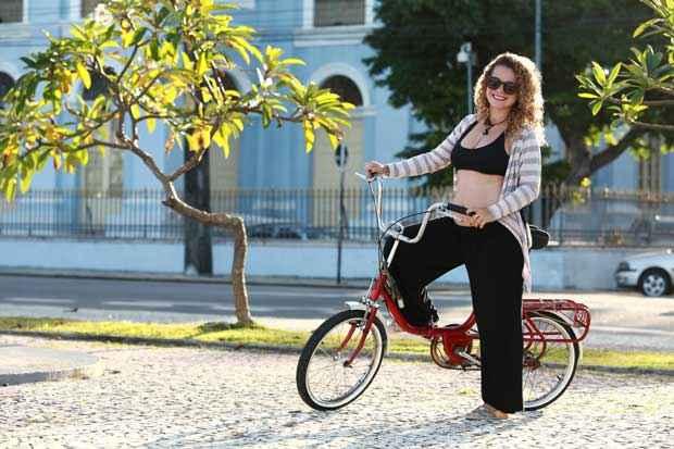 Com quatro meses de gestação, a professora de matemática Manu Saudades vê vantagens na bicicletas. Foto: Bernardo Dantas/DP/DA/Press