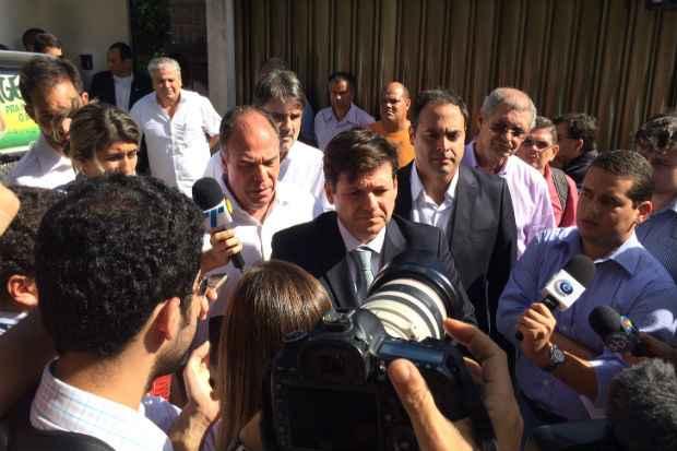 Geraldo Julio se pronuncia em frente à casa de Eduardo Campos. Foto: Wagner Oliveira/DP/DA Press