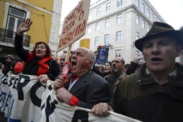 Idosos portugueses protestam em Lisboa, em 2 de mar�o de 2013, contra as medidas de austeridade do governo. Foto: � AFP/Patricia de Melo Moreira (Idosos portugueses protestam em Lisboa, em 2 de mar�o de 2013, contra as medidas de austeridade do governo. Foto: � AFP/Patricia de Melo Moreira)