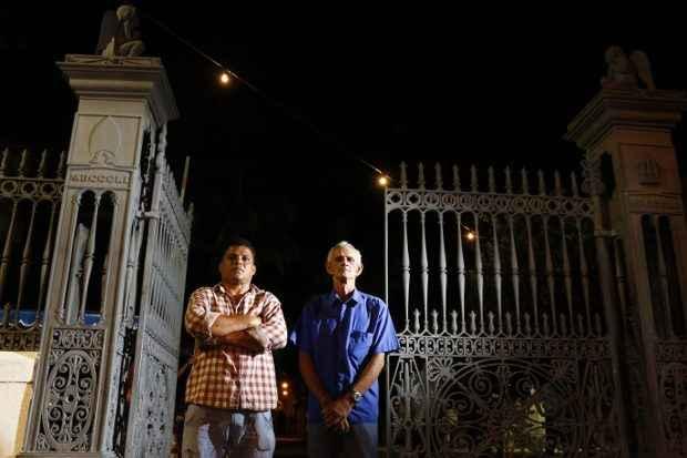 Marco Aurélio e Inaldo trabalham no Cemitério de Santo Amaro, no Recife, há 27 anos, votaram em Arraes e Campos e, em ambas as situações, prefeririam não ter sepultado os ex-governadores (Rafael Oliveira/DP/D.A.Press)