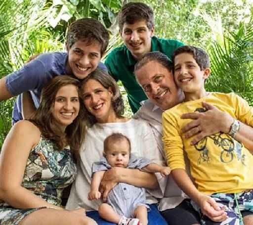Jo�o Henrique (de camisa verde), com os pais e os irm�os. Cr�dito: PSB/divulga��o