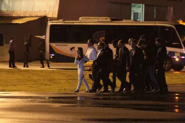 Caix�o do assessor Carlos Percol foi acompanhado pela vi�va, Cec�lia Ramos. Cr�dito: Roberto Ramos/DP