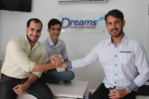 Jos� Neves, Gian Cintra e Henrique Gonz�lez se juntaram para abrir a Dreams Interc�mbios. Foto: Edvaldo Rodrigues/DP/D.A Press