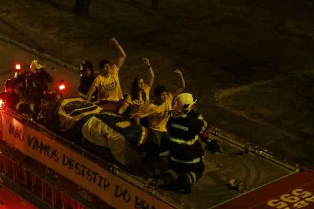 Jo�o, Maria Eduarda e Pedro em cima da viatura dos Bombeiros, ao lado do caix�o do pai. Cr�dito: Roberto Ramos/DP/DA Press