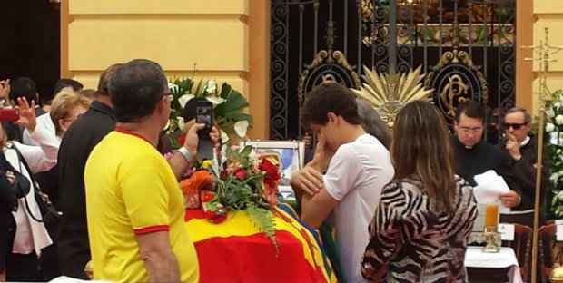 Jo�o Henrique, um dos cinco filhos de Eduardo, na despedida ao pai. Foto: Thiago Neres/DP/D.A Press