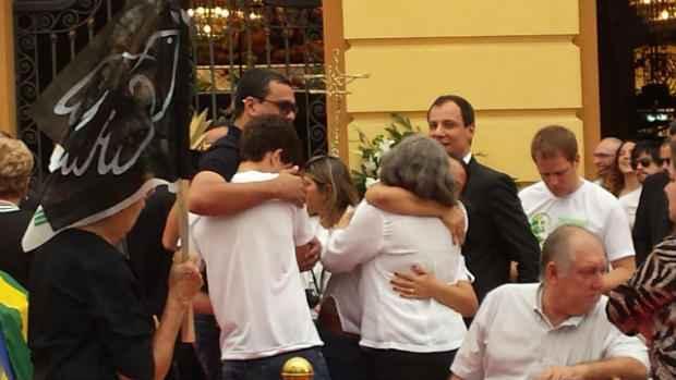 Jo�o Henrique e Renata Campos recebem carinho durante despedida. Foto: Thiago Neres/DP/D.A Press