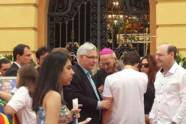 Dom Fernando Saburido consola a vi�va Renata Campos. Foto: Thiago Neres/DP/DA Press