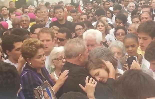 Dilma Rousseff e Lula consolam Renata Campos e Maria Eduarda, filha de Eduardo. Foto: Larissa Rodrigues/DP/D.A Press