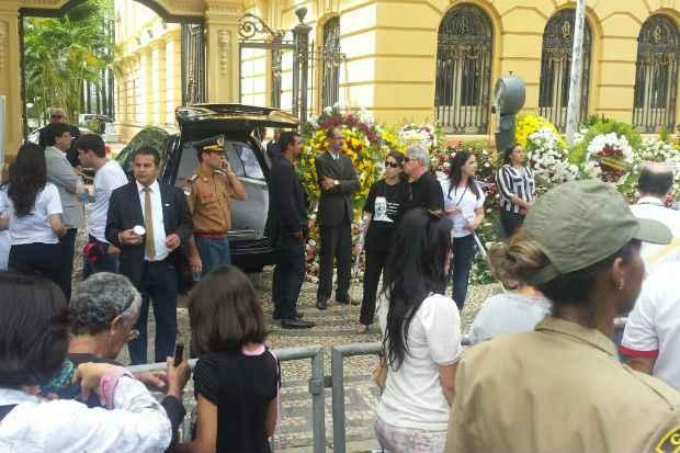 Carro � espera do corpo de Carlos Percol, em frente ao Pal�cio do Campo das Princesas. Foto: Marina Sim�es/DP/DA Press