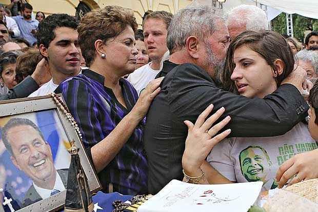 Dilma e Lula consolam a fam�lia de Eduardo Campos durante vel�rio do candidato � presid�ncia no Recife. A Filha de Campos, Maria Eduarda, chora abra�ada a Lula. Larissa Rodrigues/DP/DA Press (Ricardo Stuckert/ Instituto Lula)