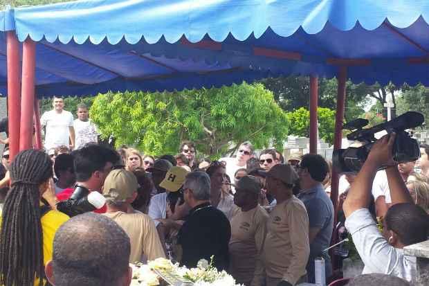 Vi�va de Carlos Percol, Cec�lia Ramos, � consolada no sepultamento. Foto: Marina Sim�es/DP/DA Press (Vi�va de Carlos Percol, Cec�lia Ramos, � consolada no sepultamento. Foto: Marina Sim�es/DP/DA Press)