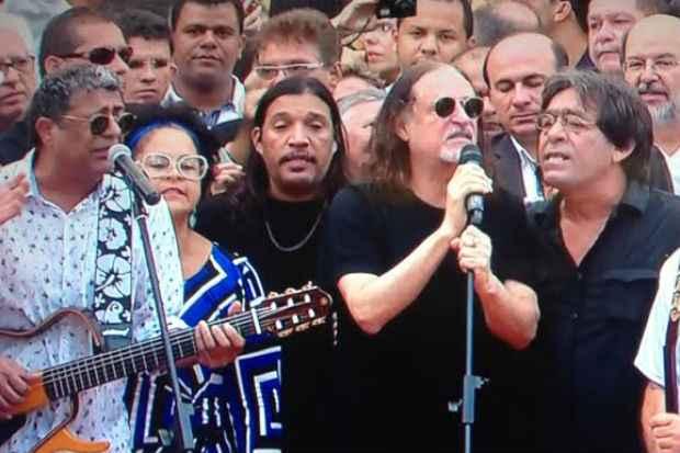 """Alceu Valença canta """"Madeira que cupim não rói"""", de Capiba. Foto: Reprodução da TV"""