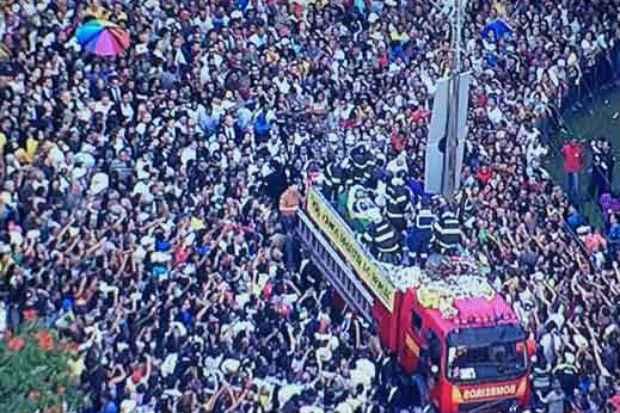 Carro do Corpo de Bombeiros leva corpo de Eduardo Campos. Foto: Reprodu��o/TV Globo