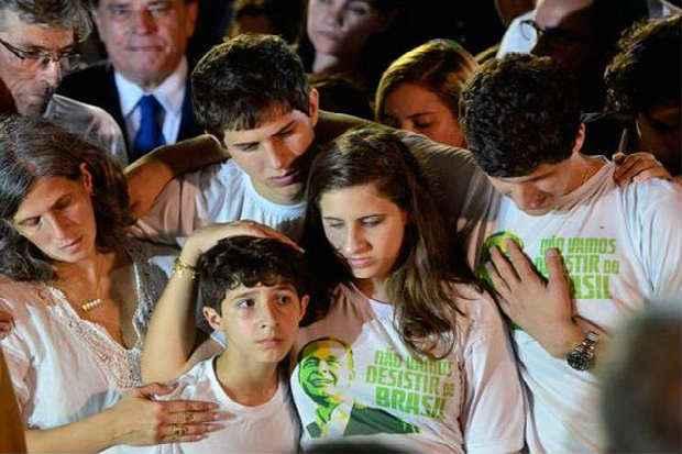 A vi�va Renata Campos manteve-se serena e apoiou os filhos Jos�, Maria Eduarda, Jo�o e Pedro na despedida do ex-governador. Foto: Fernano Fraz�o/ABR (Fernano Fraz�o/ABR)