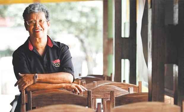 Maria Socorro Braga tem dificuldade de pagar a guia mensal de R$ 2,8 mil do seu restaurante Cheg, no Cordeiro (Blenda Souto Maior/DP/DA Press)