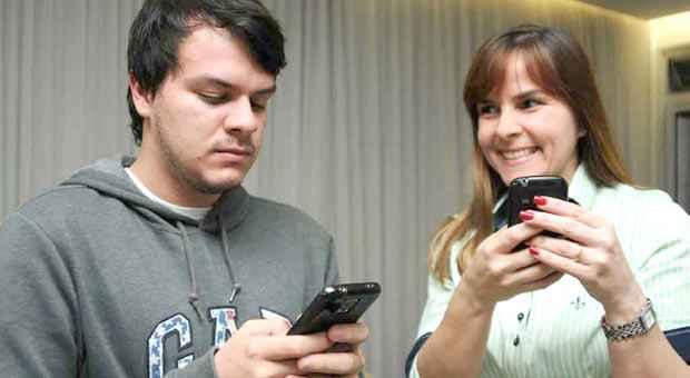 O estudante Ricardo, de 20 anos, concorda, em parte, com as chamadas da m�e, F�tima, quando sai com os amigos. S� n�o aprova a insist�ncia. Foto: Tulio Santos/EM/D.A. Press