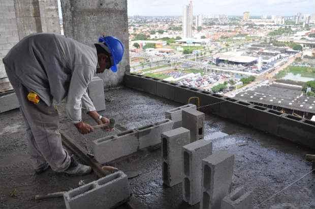 Em Pernambuco, o corte de 2.854 vagas na constru��o civil contribuiu para os n�meros negativos em julho. Foto: F�bio Cortez/DN/D.A Press