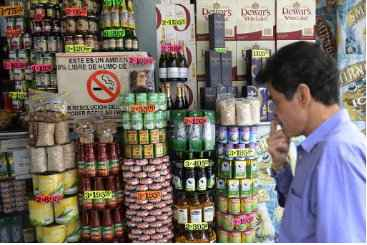 Um homem observa os pre�os de um mercado de Caracas, em 22 de agosto de 2013. Foto: � AFP/Leo Ramirez (Um homem observa os pre�os de um mercado de Caracas, em 22 de agosto de 2013. Foto: � AFP/Leo Ramirez)