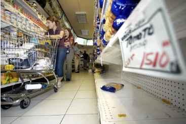 Pessoas caminham por entre as g�ndolas de um supermercado de Caracas, em 10 de janeiro de 2003. Foto: � AFP/Rodrigo Arangua (Pessoas caminham por entre as g�ndolas de um supermercado de Caracas, em 10 de janeiro de 2003. Foto: � AFP/Rodrigo Arangua)