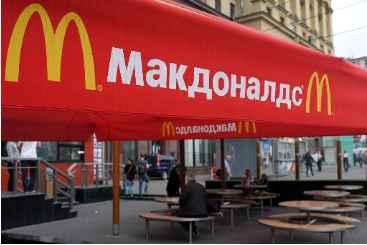 Pessoas sentadas no primeiro restaurante do McDonald's aberto na antiga Uni�o Sovi�tica, em 1990, que atualmente est� fechado. Foto: � AFP/Alexander Nemenov (Pessoas sentadas no primeiro restaurante do McDonald's aberto na antiga Uni�o Sovi�tica, em 1990, que atualmente est� fechado. Foto: � AFP/Alexander Nemenov)