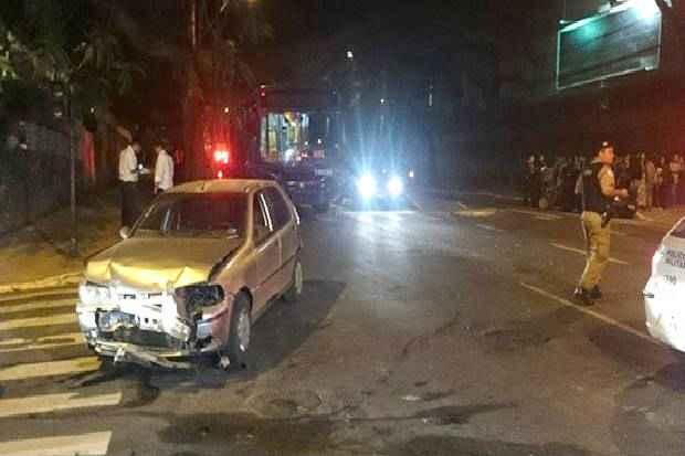 Carros estavam parados em sem�foro quando foram atingidos pelo �nibus. Foto: Marcello Oliveira/EM/DA Press (Marcello Oliveira/EM/DA Press)