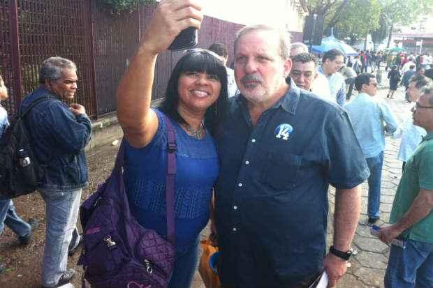 Armando conversou com eleitores e tirou fotos com eleitores. Filipe Barros/Esp.DP/D.A Press (Filipe Barros/Esp.DP/D.A Press)