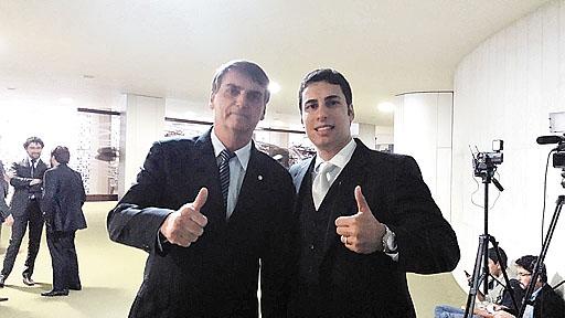 O candidato Matheus Sathler (D) posa ao lado de Jair Bolsonaro. Foto: Facebook/Reprodu��o