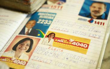 Todos os santinhos recolhidos pelo aposentado s�o colados em cadernos e arquivados. Foto: Bernardo Dantas/ DP/D.A Press