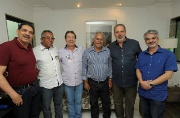 Armando Monteiro recebeu o apoio de lideran�as locais durante os compromissos no agreste. Foto: L�o Caldas/Divulga��o  (Armando Monteiro recebeu o apoio de lideran�as locais durante os compromissos no agreste. Foto: L�o Caldas/Divulga��o )