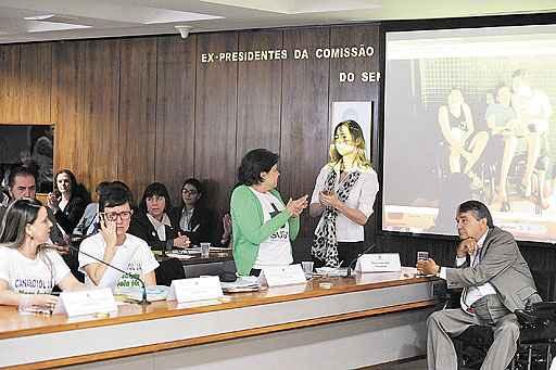 Uma das m�es que pedem a libera��o do uso medicinal do Canabidiol mostrou v�deo em que o filho tem convuls�o: como��o na sala. Foto: Edilson Rodrigues/Ag�ncia Senado