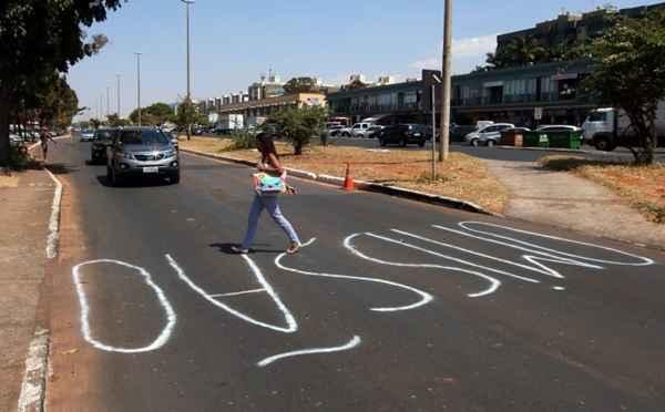 A falta de sinaliza��o j� dura nove semanas, de acordo com o morador. Foto: Oswaldo Reis/CB/D.A. Press