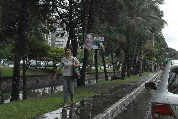Propaganda n�o atrapalha pedestres, mas demonstra uma mudan�a de estrat�gia. Corredores principais da cidade estavam sem publicidade do candidato. Foto: Filipe Barros/DP/D.A/Press (Foto: Filipe Barros/DP/D.A/Press)