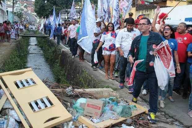 Popula��o convive com lixo acumulado no C�rrego de S�o Sebasti�o. (Nando Chiappetta/DP/D.A Press.)